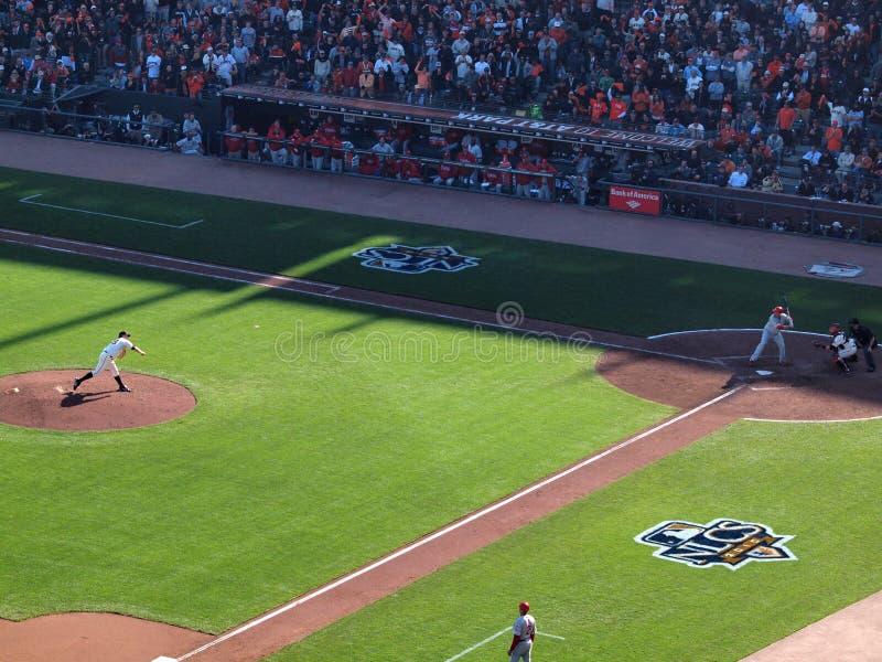 投手麦特・凯恩投掷投打击有ba的谢恩・维克托里诺 库存图片