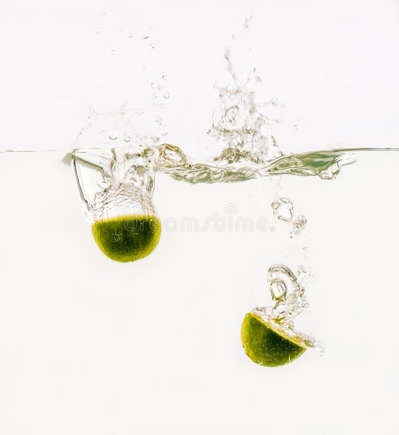 投掷入水的果子 免版税库存照片