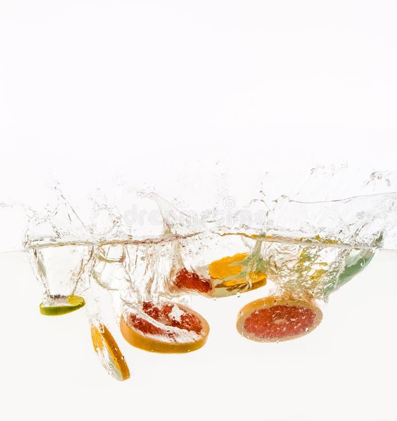 投掷入水的果子 免版税库存图片