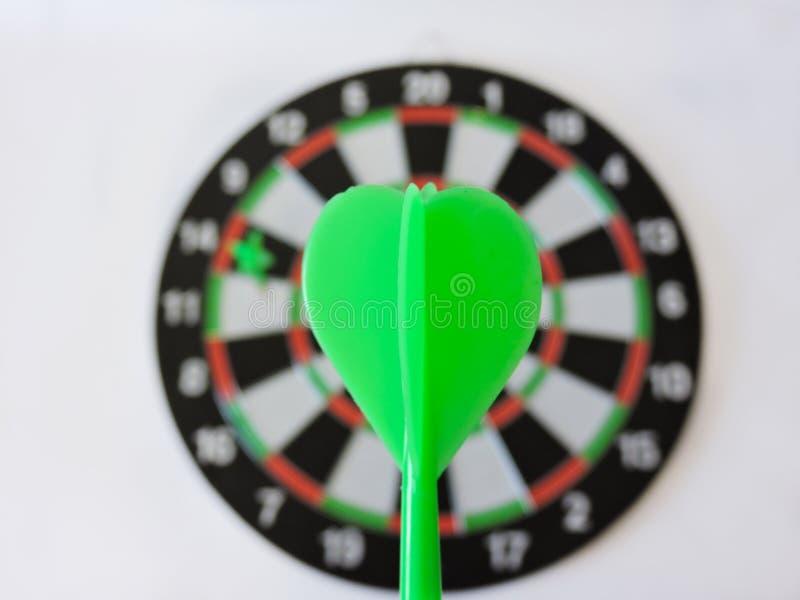 投掷击中在掷镖的圆靶的目标中心的箭头 击中目标目标目标成就概念背景的成功 箭和da 免版税库存照片