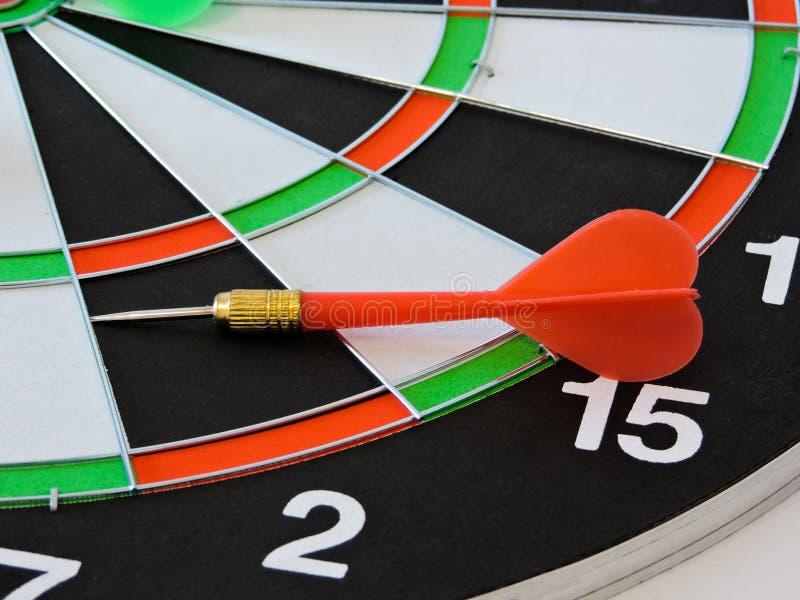 投掷击中在掷镖的圆靶的目标中心的箭头 击中目标目标目标成就概念背景的成功 箭和da 免版税库存图片
