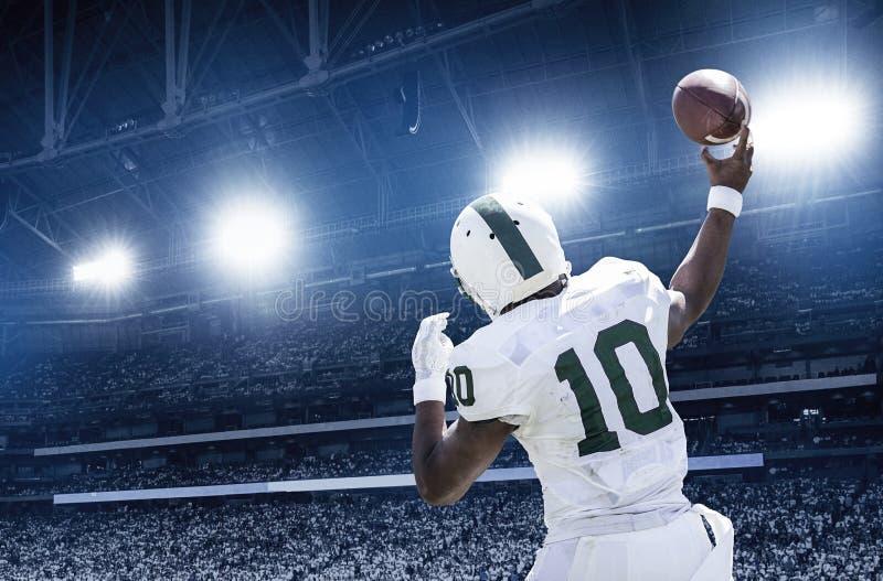 投掷在一场职业橄榄球比赛的四分卫橄榄球 图库摄影