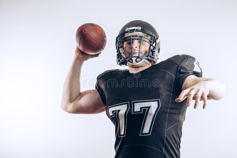 投掷在一场职业橄榄球比赛的四分卫橄榄球 免版税图库摄影