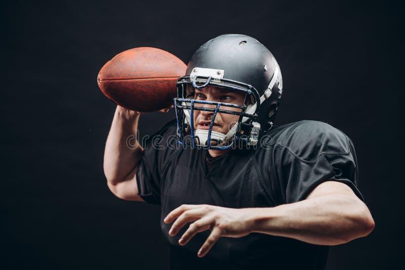 投掷在一场职业橄榄球比赛的四分卫橄榄球 库存图片