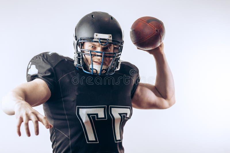 投掷在一场职业橄榄球比赛的四分卫橄榄球 库存照片