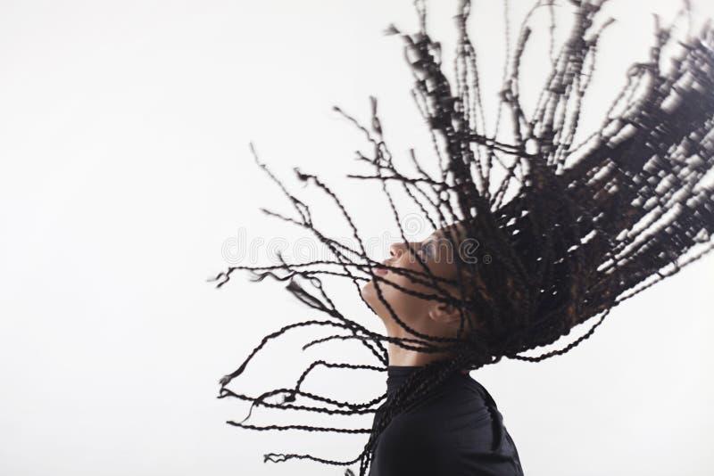 投掷她的辫子的女孩 免版税库存照片