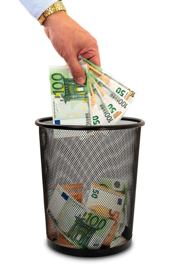 投掷的金钱到垃圾里 库存照片