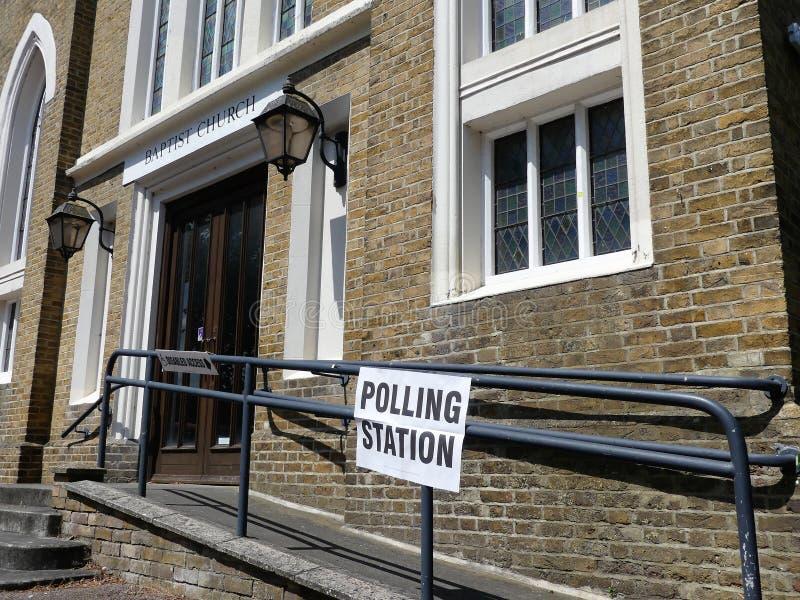 投票站标志施洗约翰教堂外 免版税库存图片