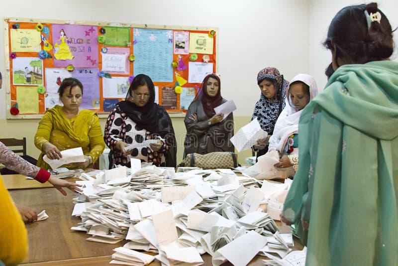 投票计数在投票站支持妇女在巴基斯坦 免版税库存图片