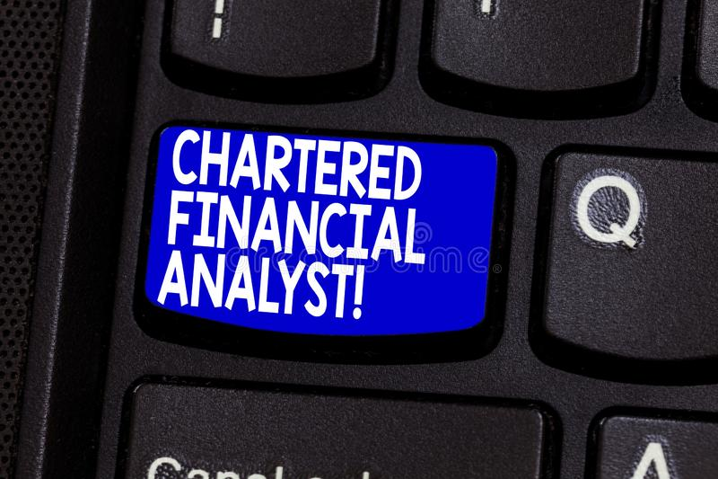 投资和财政专家键盘键的词文字文本被特许的金融分析员企业概念 免版税库存照片