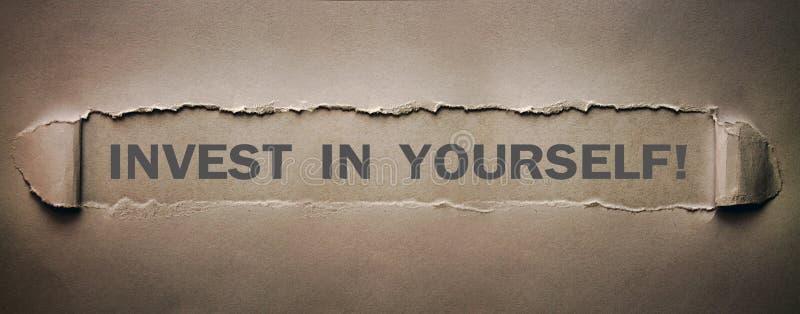 投资在你自己在被撕毁的纸的词 免版税库存照片