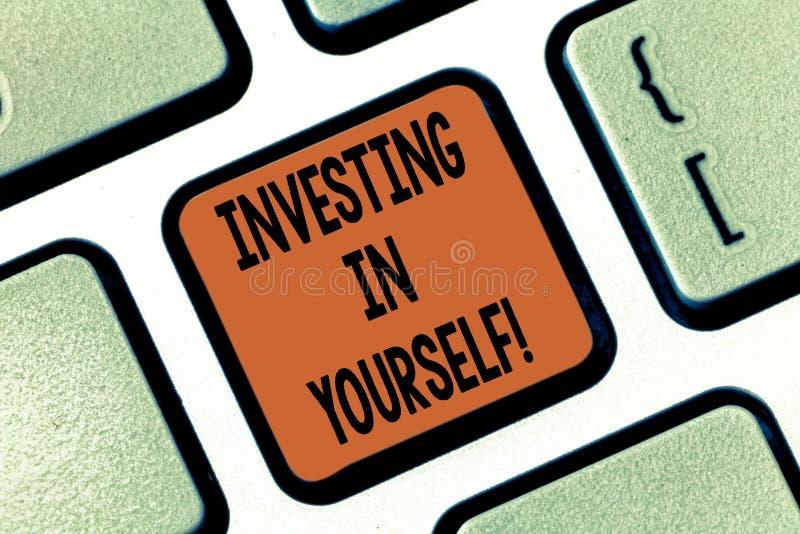 投资在你自己的概念性手文字陈列 陈列企业的照片学会开发的新的技巧 库存照片