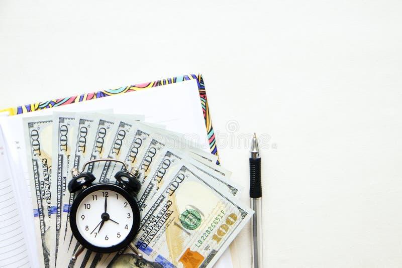 投资时间和金钱到教育概念里 不同的学校用品,钞票 顶视图,关闭 库存照片