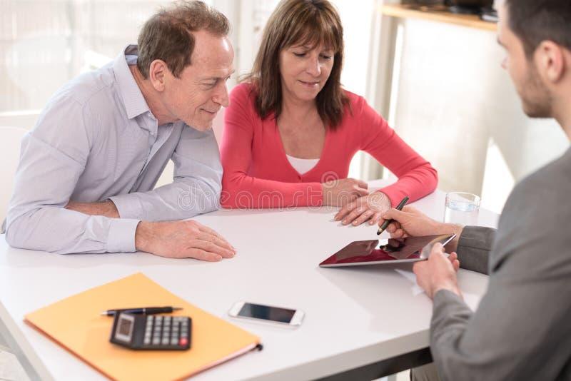 投资的资深夫妇会议地产商 库存图片