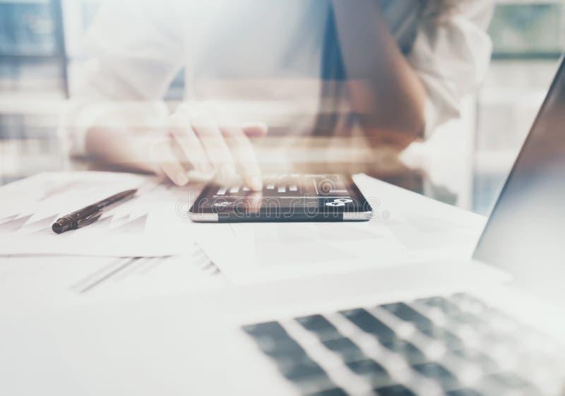 投资管理人员运作的过程 照片显示报告现代片剂屏幕的女商人 统计图表屏幕 免版税图库摄影