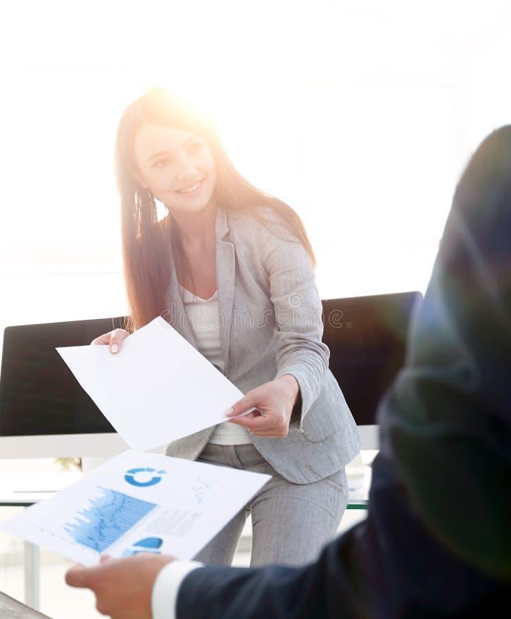 投资者学习一个新的财政项目 免版税库存照片