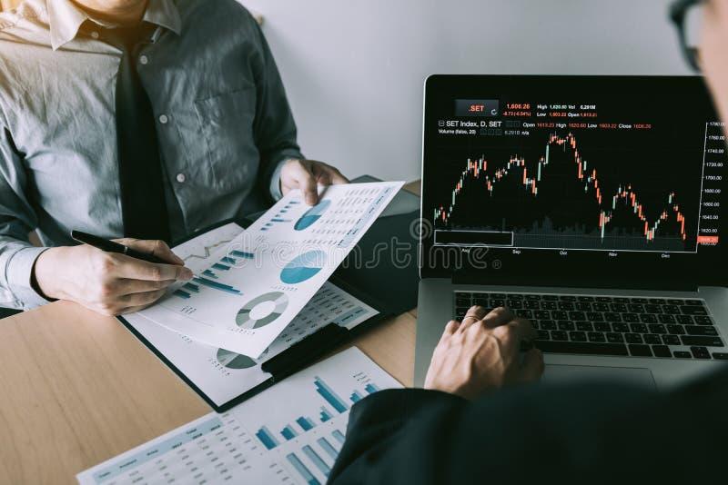 投资者指向公司操作结果然后分享了结果并且在办公室记录了它在笔记本 免版税图库摄影