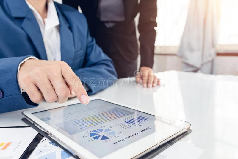 投资者行政指向的成长通过图表和谈论计划财政图表数据我的队在办公室 企业队复校summ 库存图片