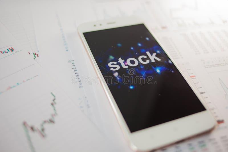 投资股票,概念 报告和统计,对证券市场的分析 免版税图库摄影