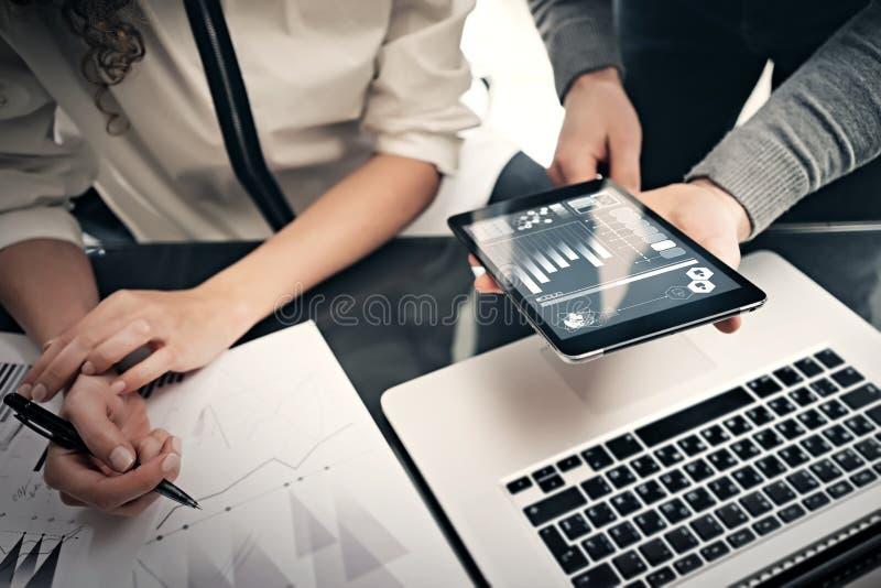 投资部门运作的过程 照片显示报告现代片剂屏幕的财务经理 统计图表 库存照片