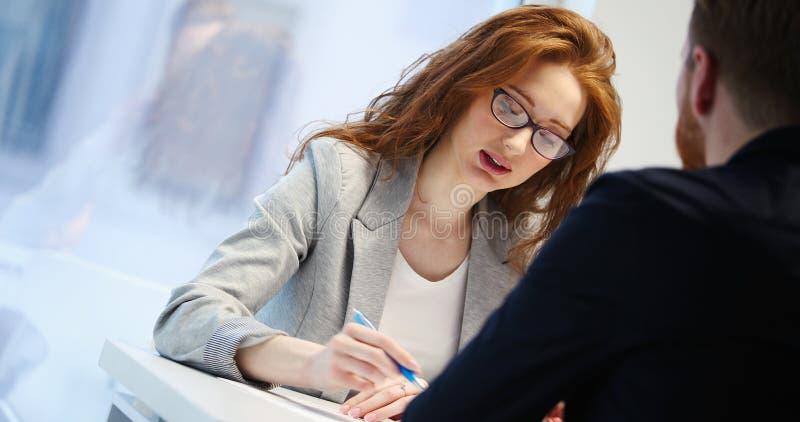投资顾问女实业家和年轻商人画象  免版税库存图片