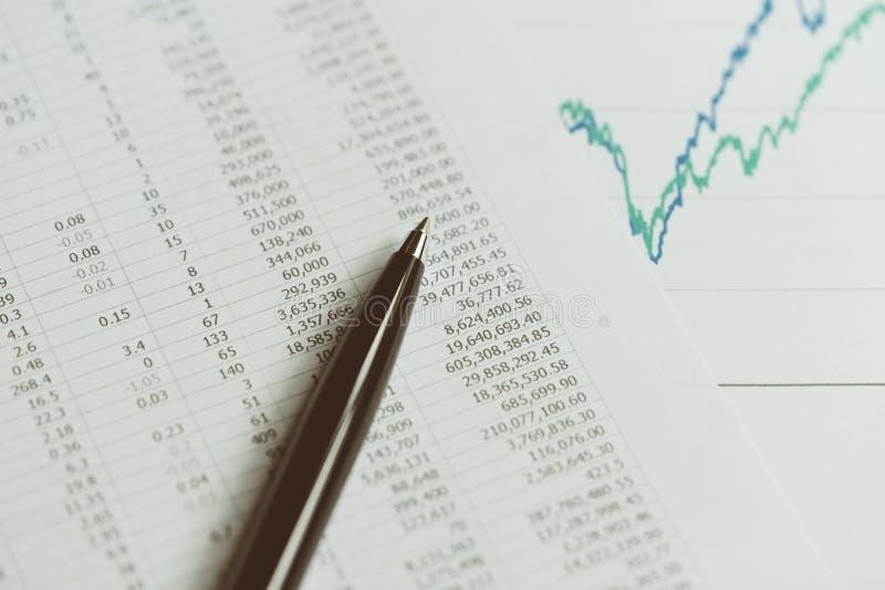 投资,财政报告统计概念, blac特写镜头  免版税库存图片