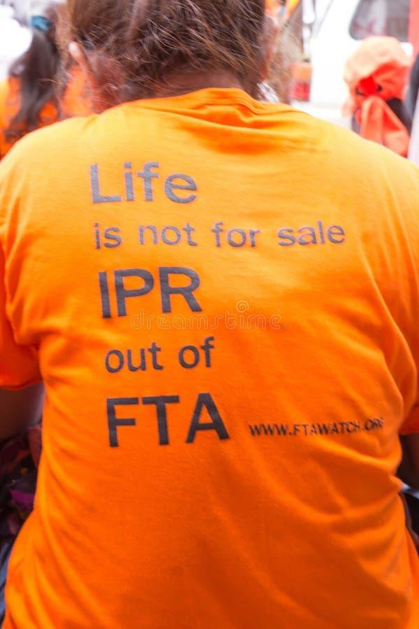 抗议者会集了在泰国和欧盟之间的FTA交涉 免版税库存照片