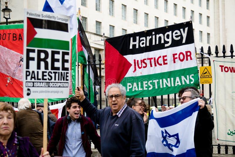 抗议者在唐宁街之外的中央伦敦 库存图片