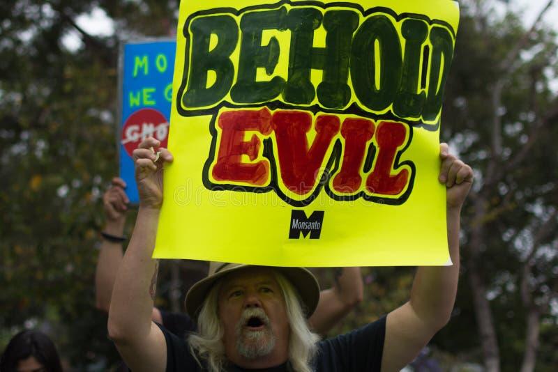 抗议者在街道召集了反对孟山都公司 库存图片