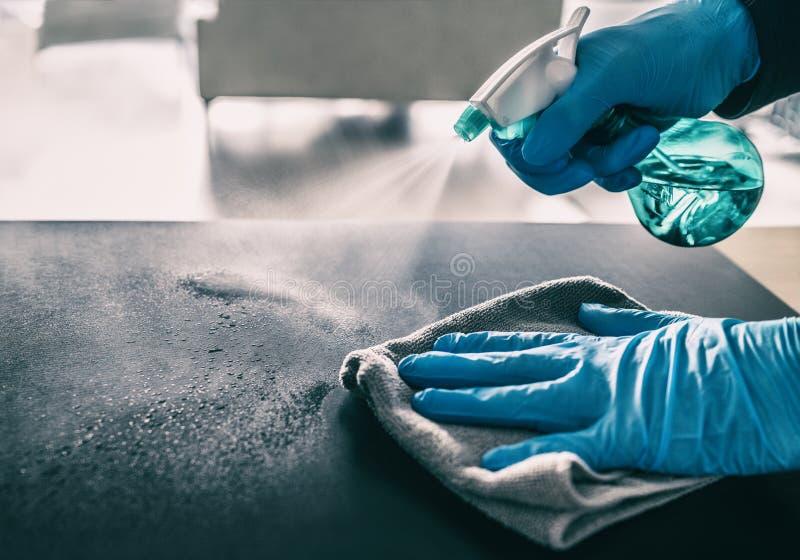 抗COVID-19爆发的表面消毒 家用清洗喷洒抗菌喷雾瓶消毒 库存照片
