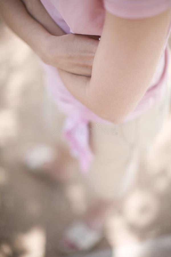折叠妇女的胳膊 免版税库存照片