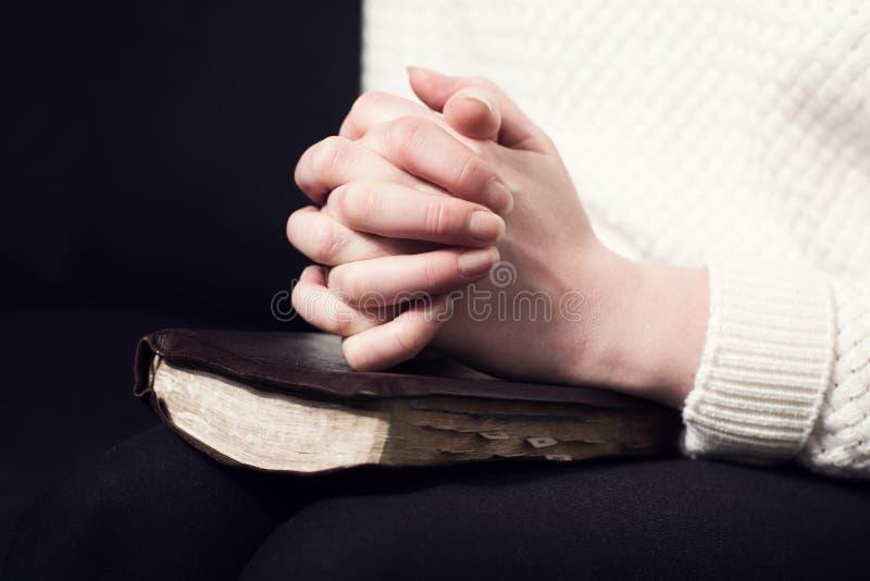 折叠的手和祈祷 库存照片