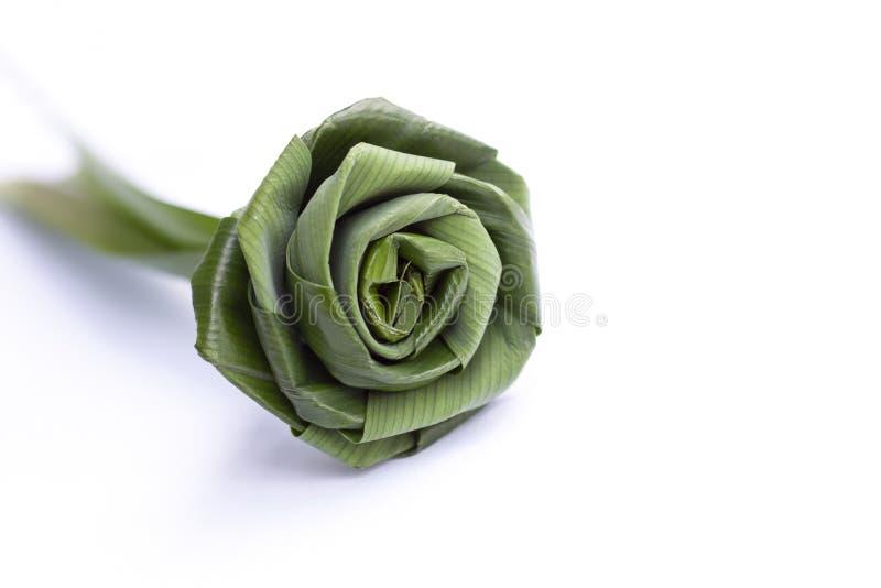 折叠pandan叶子入在白色背景的玫瑰 免版税库存图片