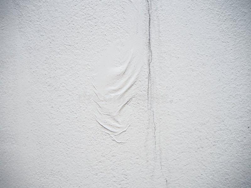 折痕和裂口纹理在白水泥墙壁背景与拷贝空间 免版税库存图片