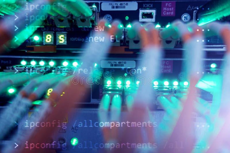 折磨光纤 光纤设备在数据中心 库存图片