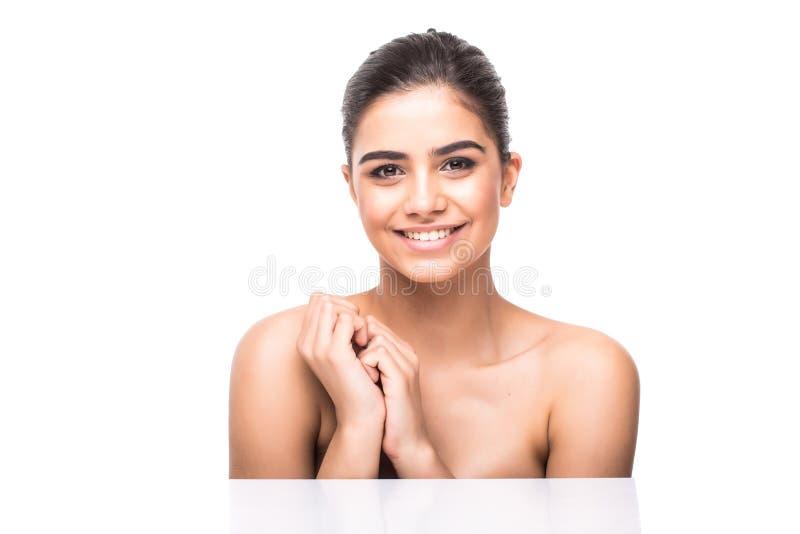 抚摸她俏丽的面孔有健康皮肤白色背景的美丽的女孩画象 库存图片