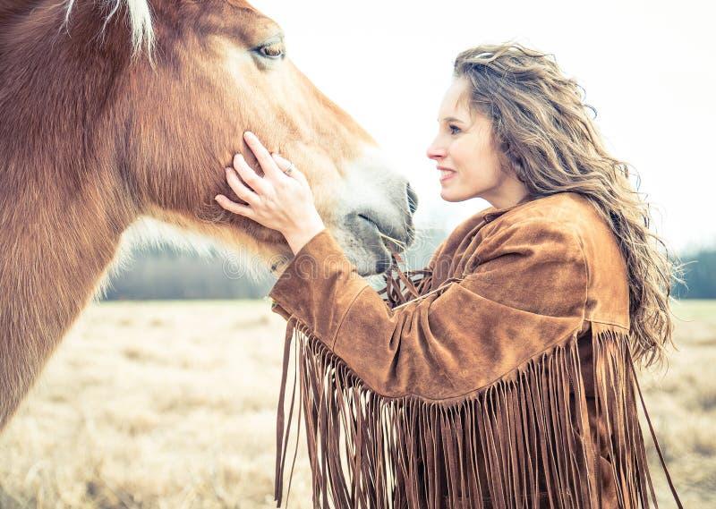 抚摸妇女的马 免版税库存图片