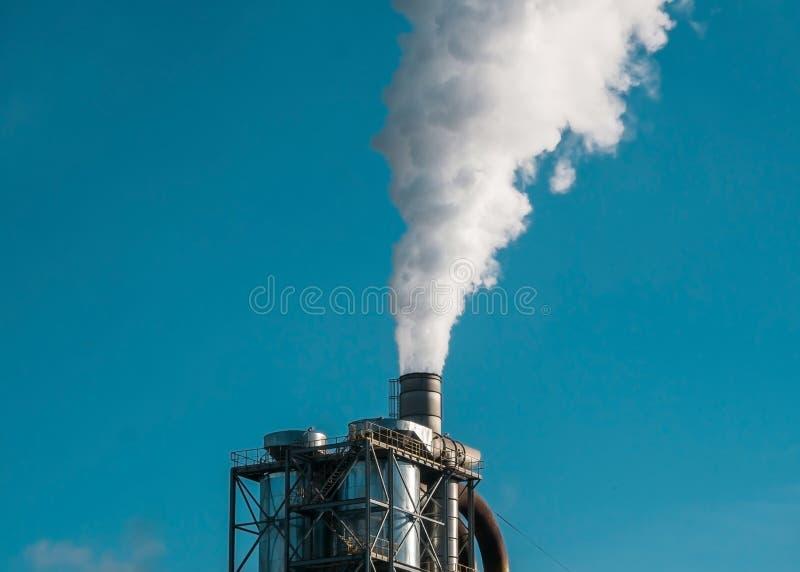 抛出管子的工厂烟雾入环境 库存图片