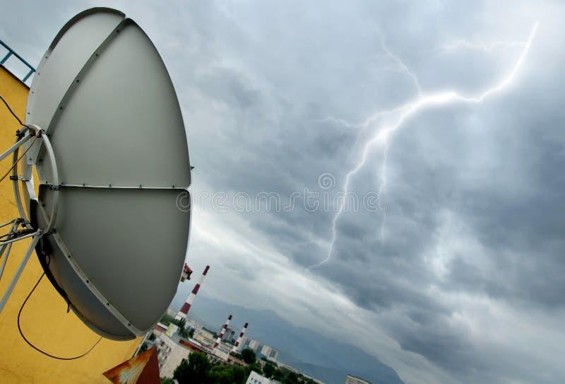 抛物面天线的闪电 库存照片