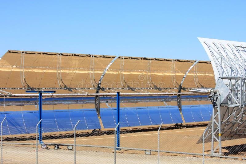 抛物面通过太阳电池板, Guadix,西班牙 免版税库存照片