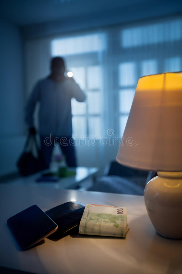 抢劫或窃贼在房子里 库存照片