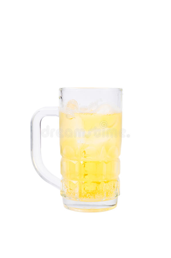 抢劫用在白色背景的啤酒与裁减路线 库存图片