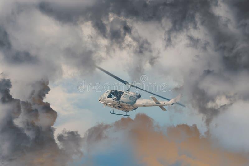 抢救反对近来风暴恶劣的天气的直升机种族,有有武器的现代攻击用直升机 库存照片