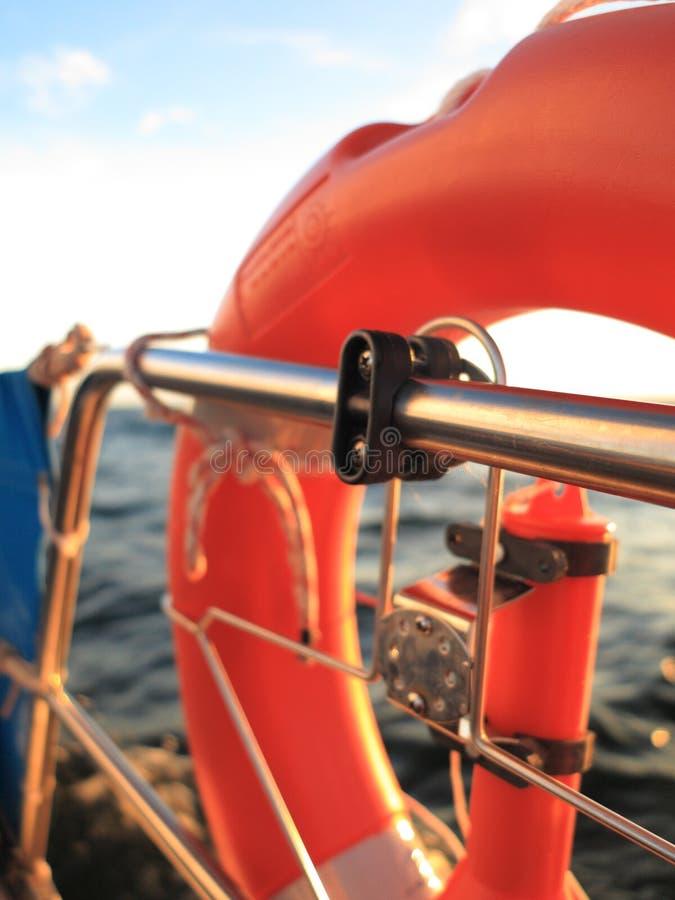 抢救红色lifebuoy在风帆和蓝天海 图库摄影