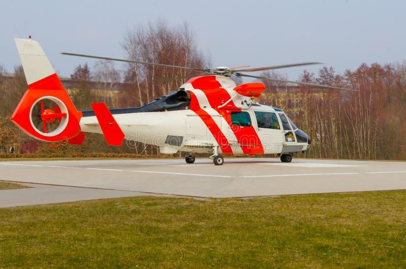 Download 抢救直升机 库存照片. 图片 包括有 航空, 紧急, 翱翔, 机场, blackwell, 红色, 云彩 - 30337382