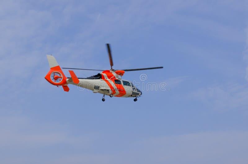 Download 抢救直升机 库存图片. 图片 包括有 海岸警卫队, 电动子, 飞行员, 飞行, 柏油的, 翱翔, 推进器 - 30337385