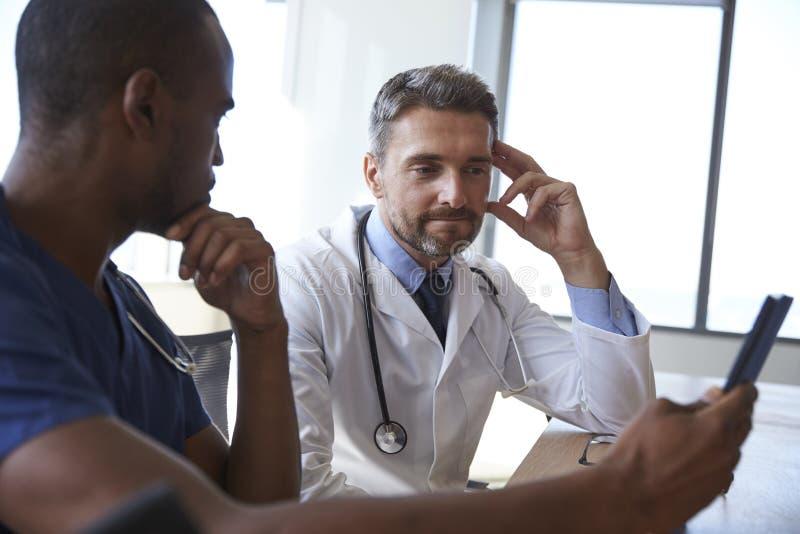 医护人员关于数字式片剂的会议和回顾笔记 免版税图库摄影