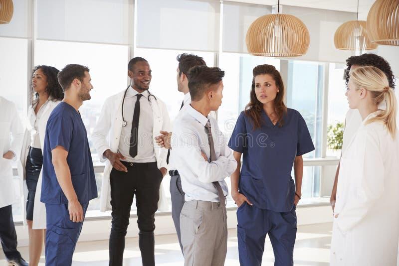 医护人员开非正式会议在医院 免版税库存照片