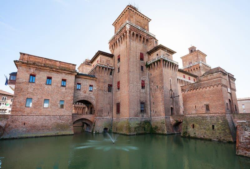 护城河和Castello Estense在费拉拉市 免版税库存照片