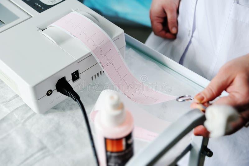 心电图, ecg在手中 诊所心脏病学心脏节奏和脉冲测试特写镜头 心电图